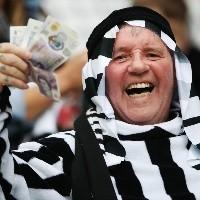 Ex-astro do United e da seleção inglesa se oferece para treinar o Newcastle